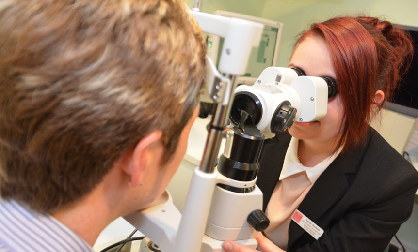 Kamila Owsianik, uses slit lamp with patient-Spectrum
